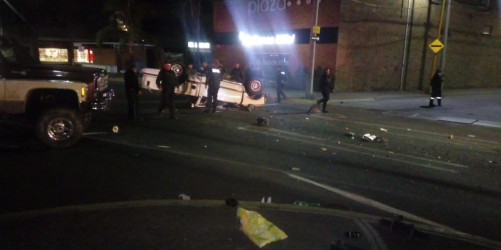 Borracho volcó su camioneta frente a la UAA