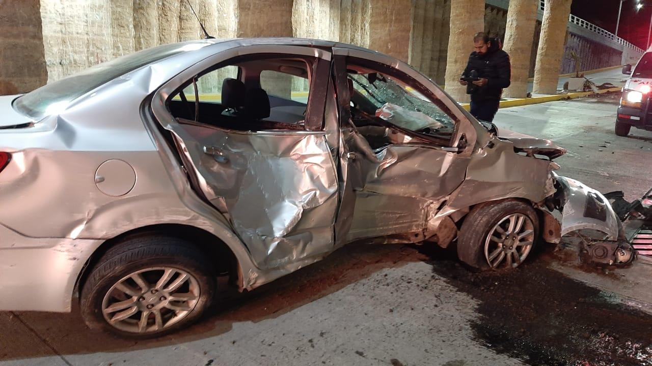 Destruyó  su vehículo al chocar en el puente de Salvador Quezada Limón