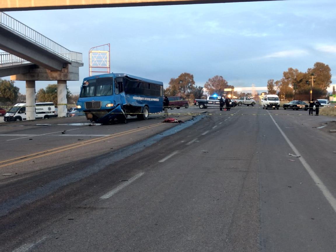 Choque entre camión de transporte de personal y tráiler deja 1 muerto y 18 heridos en Aguascalientes
