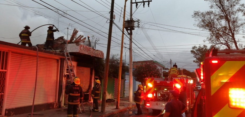 Sofocan incendio en maderería en Aguascalientes