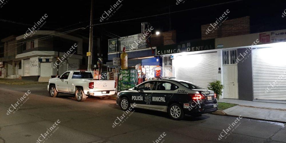 Solitario sujeto a punta de pistola asaltó una tienda de abarrotes en Santa Anita