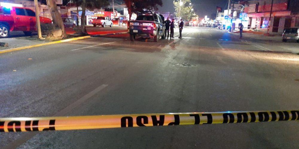 Mujer roba rifle de policías y hiere a dos, que también la balean en Aguascalientes