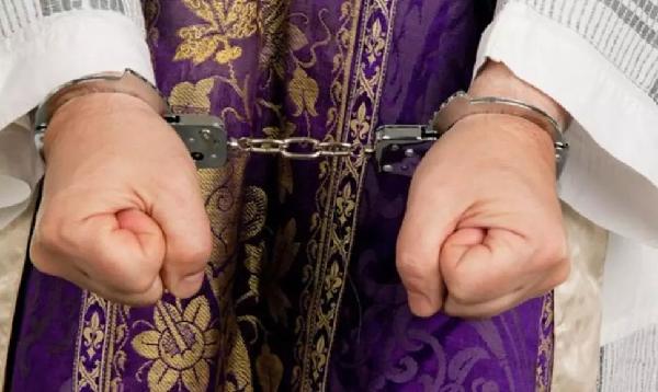 Dan 10 años de cárcel a cura que abusó de un menor en Durango