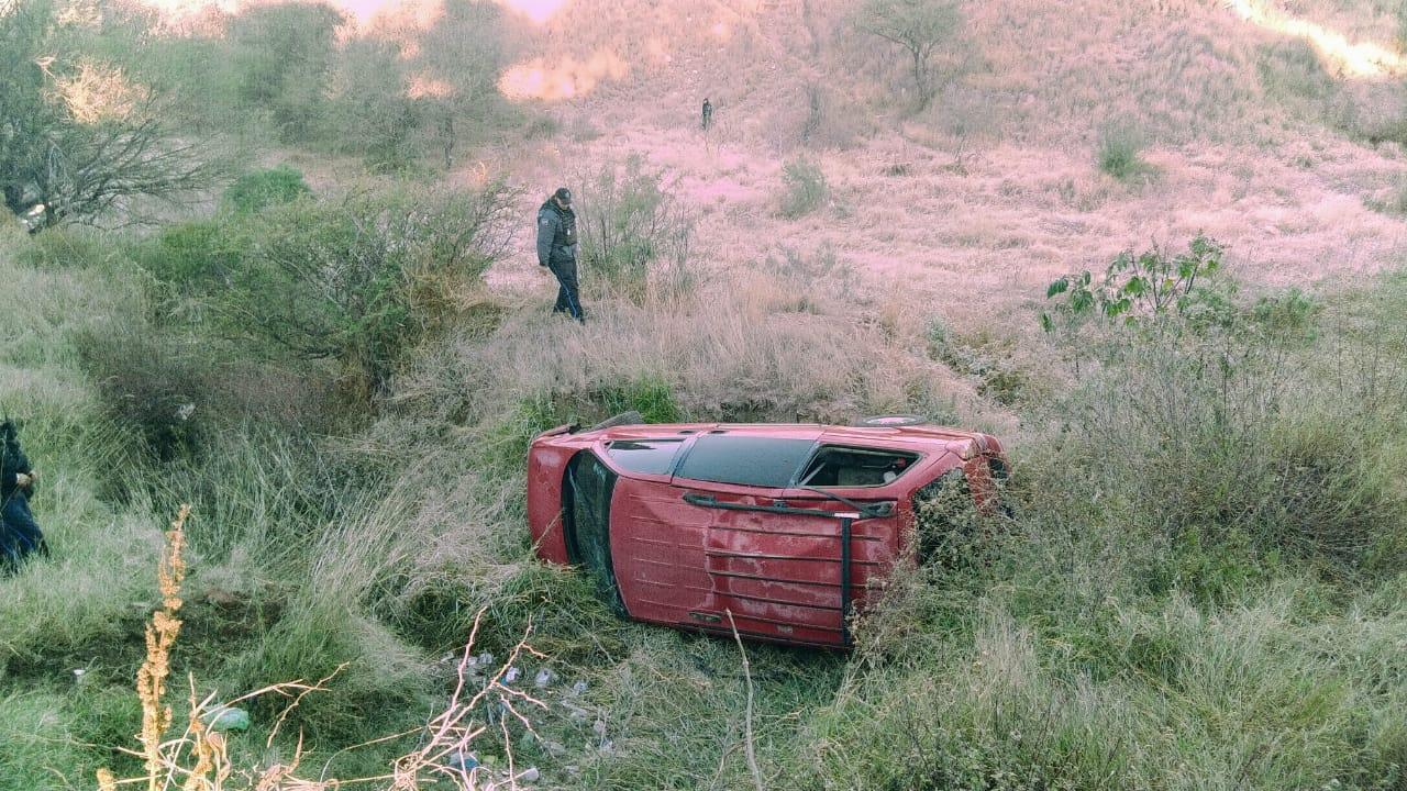 Robacoches protagonizaron persecución y uno terminó volcado en Aguascalientes