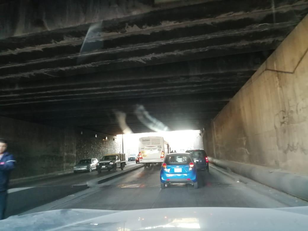 AVISO VIAL: Hay vehículos varados bajo puente de primer anillo y salida a Zacatecas