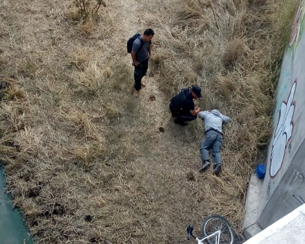 Policías auxilian a hombre que cayó de puente ferroviario en Aguascalientes
