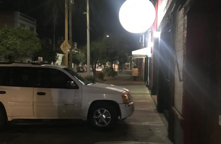 Denuncian a automovilistas que se estaciona en banqueta de Aguascalientes