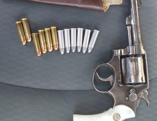 Detienen a septuagenario con una arma de fuego