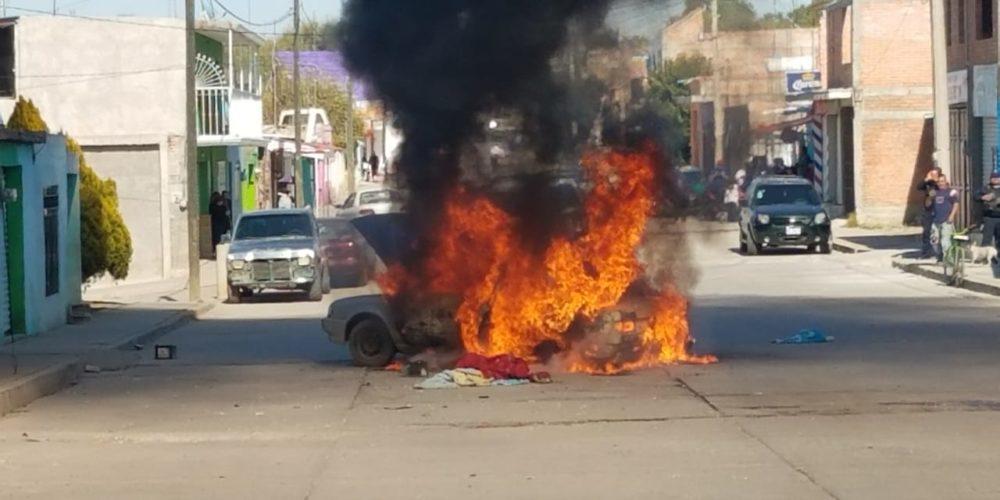 Se incendia vehículo en Asientos, Aguascalientes