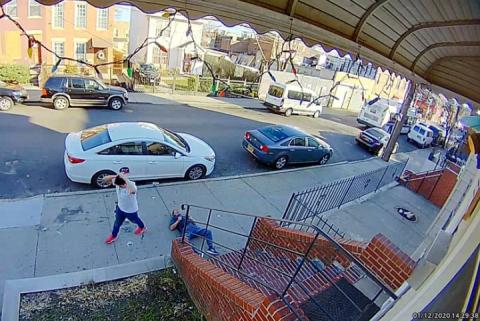 (VIDEO) Hombre empuja y mata a abuelito que le cobró la renta en EU
