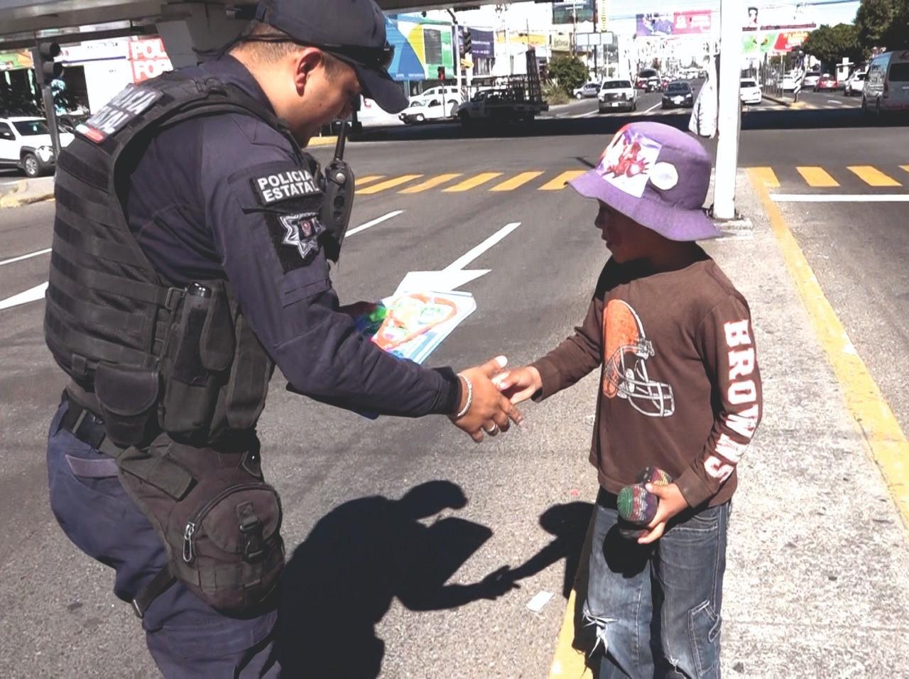Elementos de la DGRS entregaron juguetes a menores en cruceros de Aguascalientes