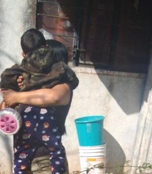 Policías localizan y entregan a sus familiares a menor extraviado en Pabellón de Arteaga, Aguascalientes