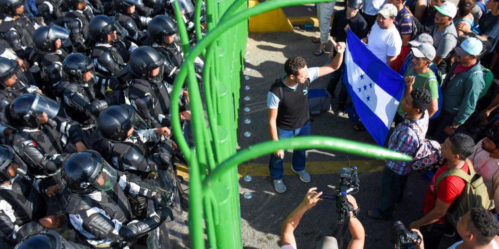 Migrantes amagan con entrar a la fuerza a México
