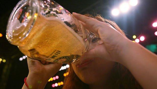 Mientras más cerveza beba una mujer más fiel es: Estudio