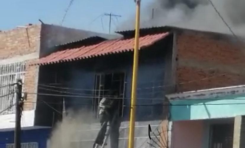 Voraz incendio acaba con 3 casas y deja un bombero herido en Aguascalientes