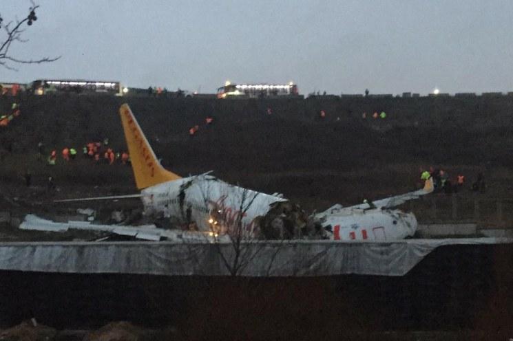 Un avión se parte en tres al salirse de pista y deja al menos un muerto y 157 heridos