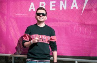 Vocalista de La Adictiva recibe tremendo botellazo durante concierto