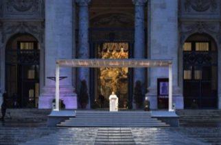 (VIDEO) El papa Francisco reza en una plaza de San Pedro vacía