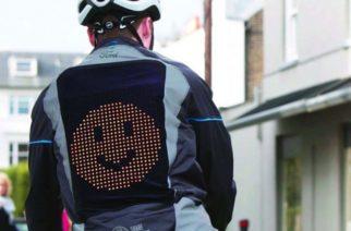 Crean chamarra que proyecta emojis; especial para motociclistas