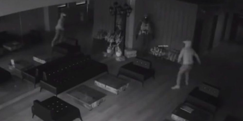 (Video)Ladrón se da a la fuga tras asustarse con su propio reflejo