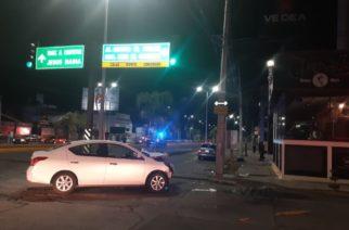 Se registra desigual choque entre automóvil y motocicleta en Aguascalientes