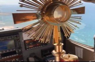(Video)Sacerdote sobrevuela el Líbano con la Eucaristía para proteger a su pueblo del Covid-19
