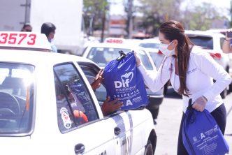 Municipio entrega apoyos económicos y alimenticios a taxistas, boleros y comerciantes
