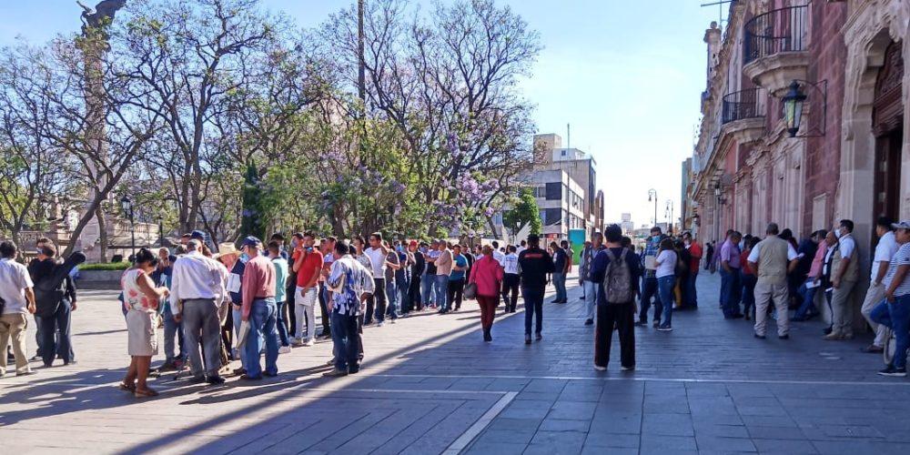 Se manifiestan meseros independientes en demanda de apoyos en Aguascalientes