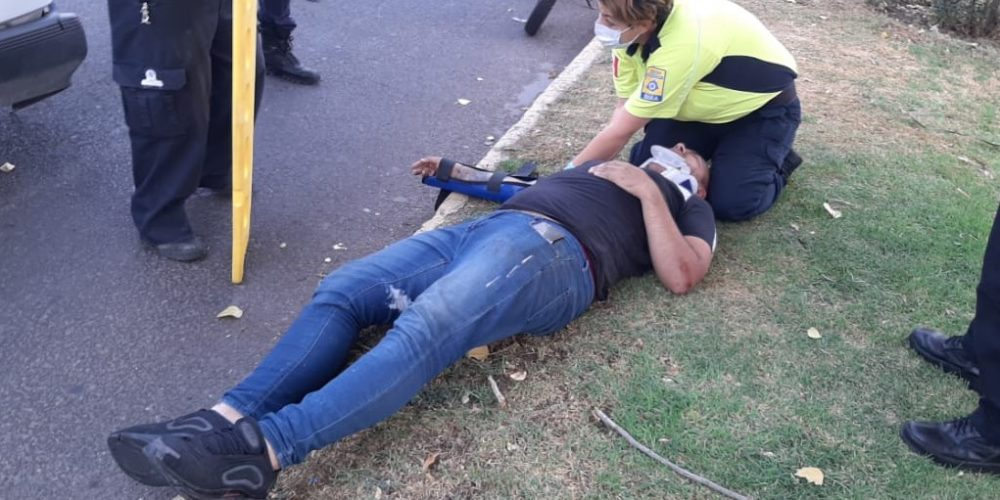 Motociclista quedó herido tras chocar contra taxi en Aguascalientes
