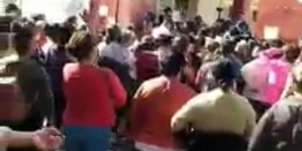 Cientos ignoran la sana distancia en entrega de apoyos en Aguascalientes