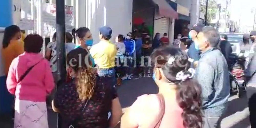Locatarios de mercados de Aguascalientes reciben apoyos sin guardar sana distancia