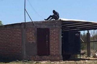 Estudiante de CECyTE estudia desde el techo de su casa para captar señal de Internet