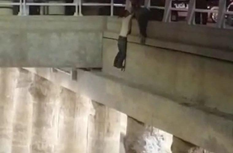 Rescatan a quincuagenario que intentó suicidarse arrojándose de un paso a desnivel