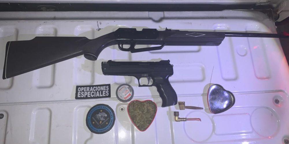 Capturan a sujeto con dos armas de fuego y droga en Aguascalientes