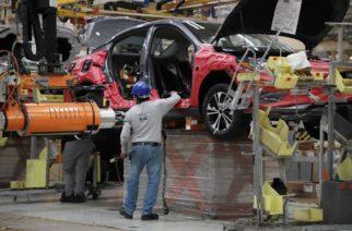 Mientras España cierra planta Nissan, en Aguascalientes anuncian reapertura total de sus operaciones