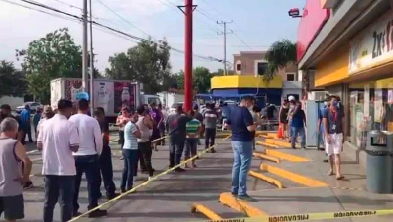 Madrugan para hacer enorme fila y poder comprar cerveza en Nuevo León