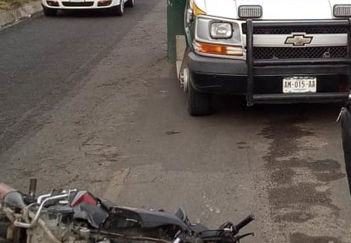 Se registra desigual choque entre un auto y una motocicleta