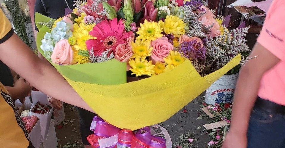 Resignadas florerías por merma en ventas debido a la cuarentena y al cierre de panteones