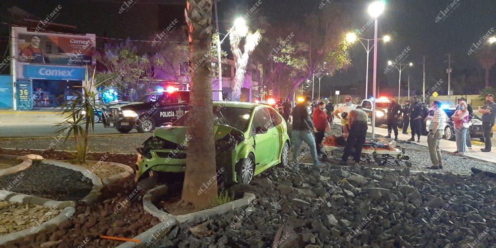 Agarró de pista la Avenida Universidad y término estrellado contra una palmera