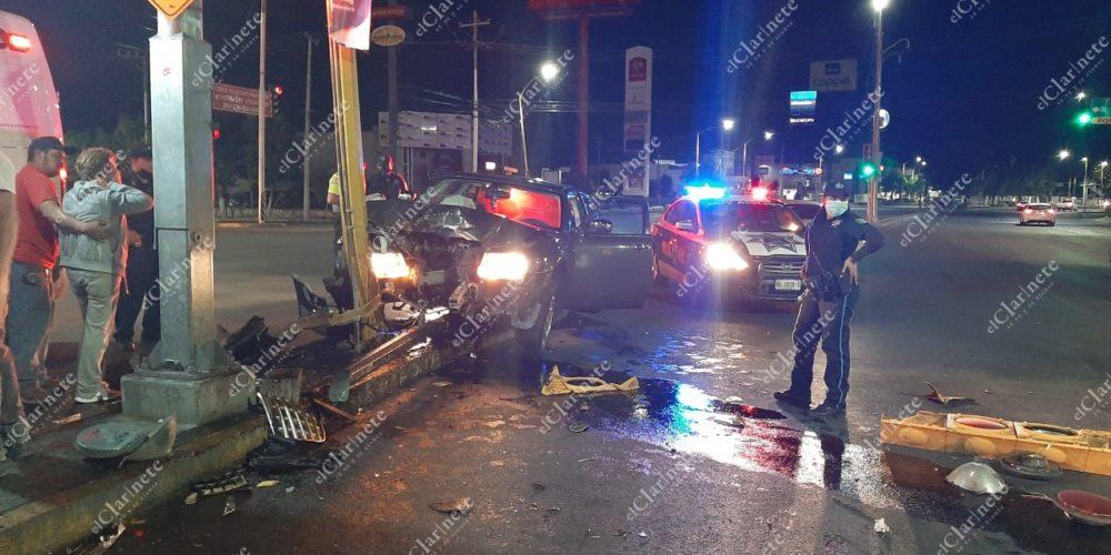 Borracho conductor tumbó un semáforo frente a Plaza San Marcos