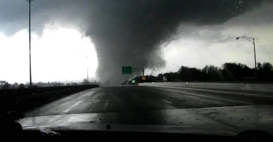 (Video)Tornado en Nuevo León se lleva casas y autos; hay 2 víctimas