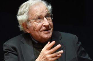 Comportamiento típico de autócratas culpar a otros: Chomsky