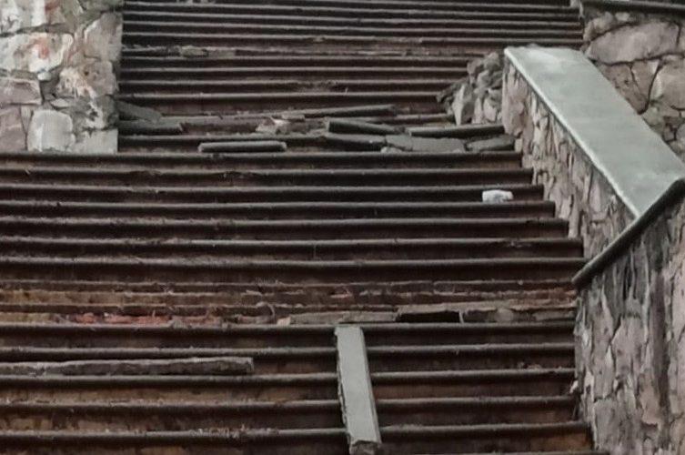 Exhiben a sujeto que dañó escaleras públicas con su camioneta en Aguascalientes