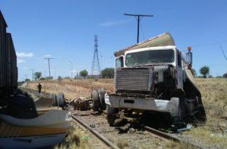 Imprudente camionero quiso ganarle el paso al tren y no lo logró