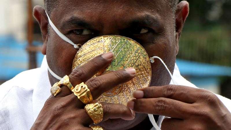 Empresario hindú se manda a hacer un cubrebocas de oro