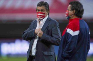 Luis Fernando Tena supera el Covid-19 y regresa a Chivas