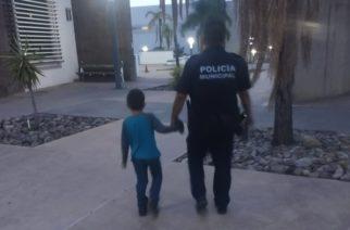 Policías resguardan a niño que deambulaba solo por Lomas de Santa Anita