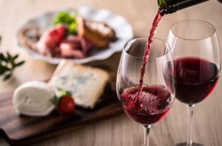 Estudio señala que el queso y vino son buenos para tu cerebro