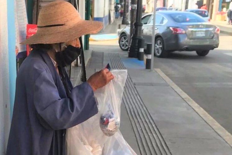 Piden ayuda para ancianita que pide limosnas en el mercado Terán