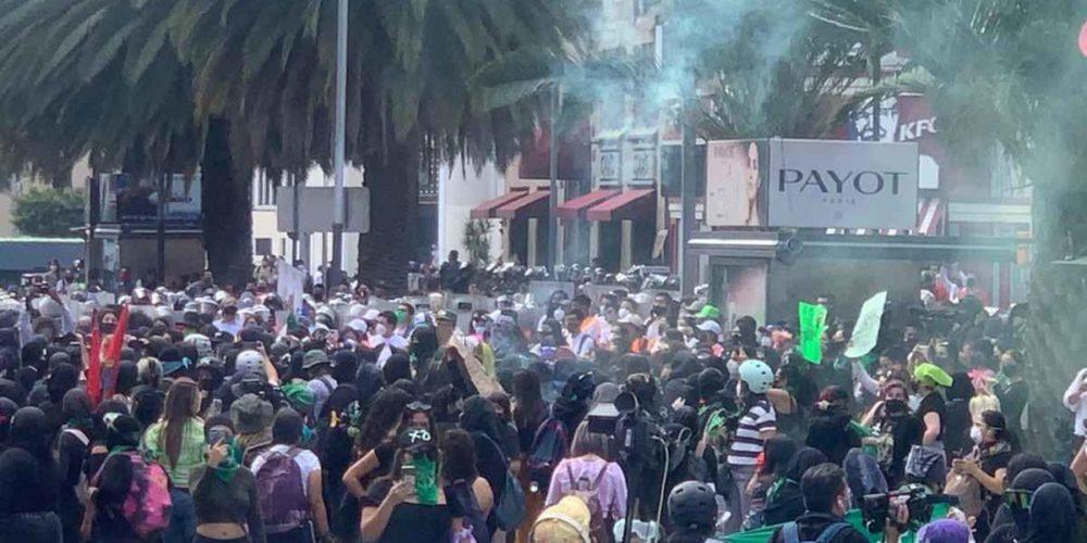 Encapuchadas lanzan bombas molotov y cohetones contra policías en la CDMX